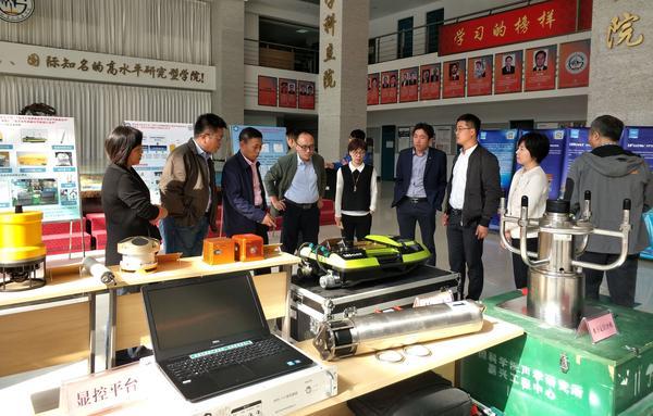 項目總負責人、中國科學院院士楊元喜為專項辦專家介紹中海達產品.jpg