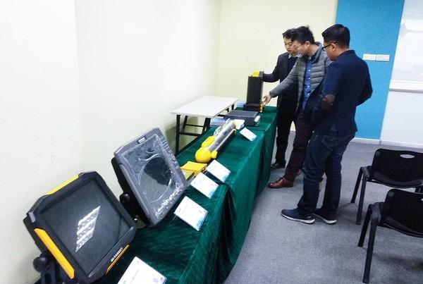 印尼客戶參觀中海達自產海洋探測設備.jpg