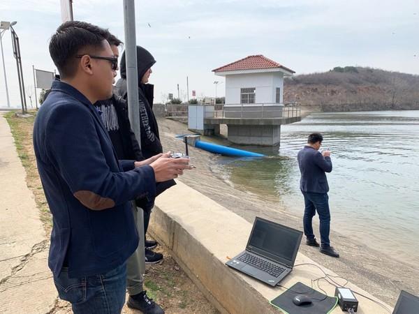 印尼客戶親自體驗iBoat智能無人測量船.jpg
